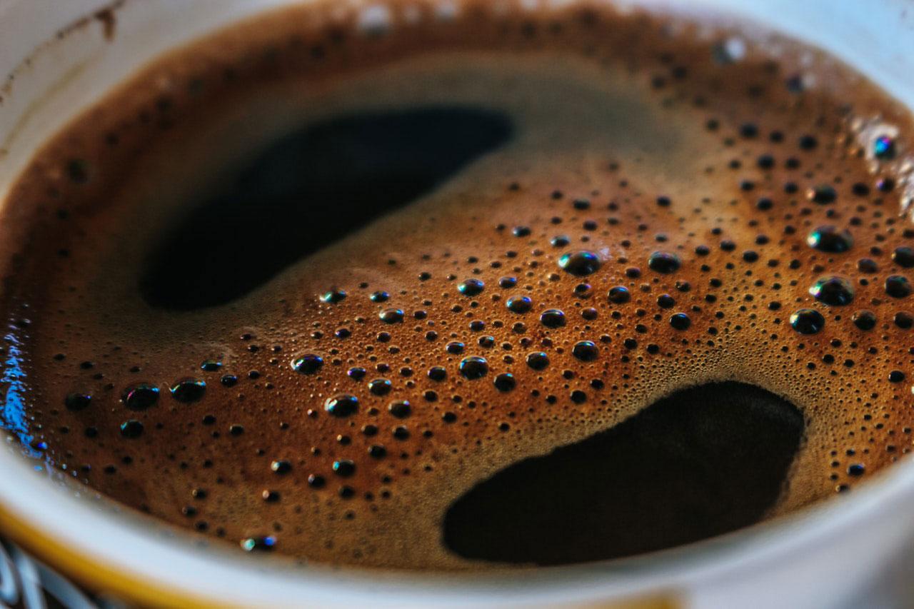 Aperto na garganta depois de consumir cafeína