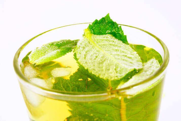 Chá verde ajuda a baixar a pressão alta e muito mais para saúde