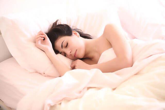 Má circulação nas mãos durante o sono: Causas de dormência nas mãos