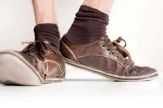 Coceira nos pés, tornozelos e dedos dos pés (com ou sem erupção cutânea)