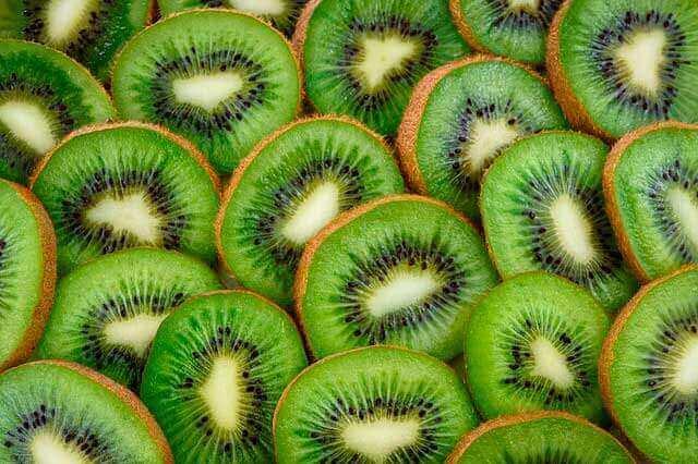 Comer kiwi para diminuir o colesterol