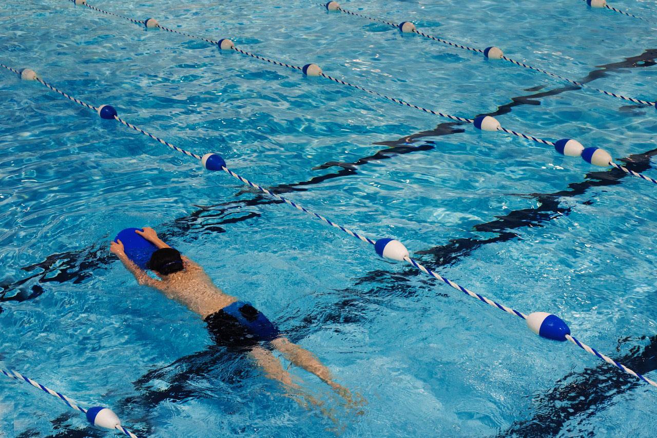 Como posso evitar lesões quando volto a nadar?