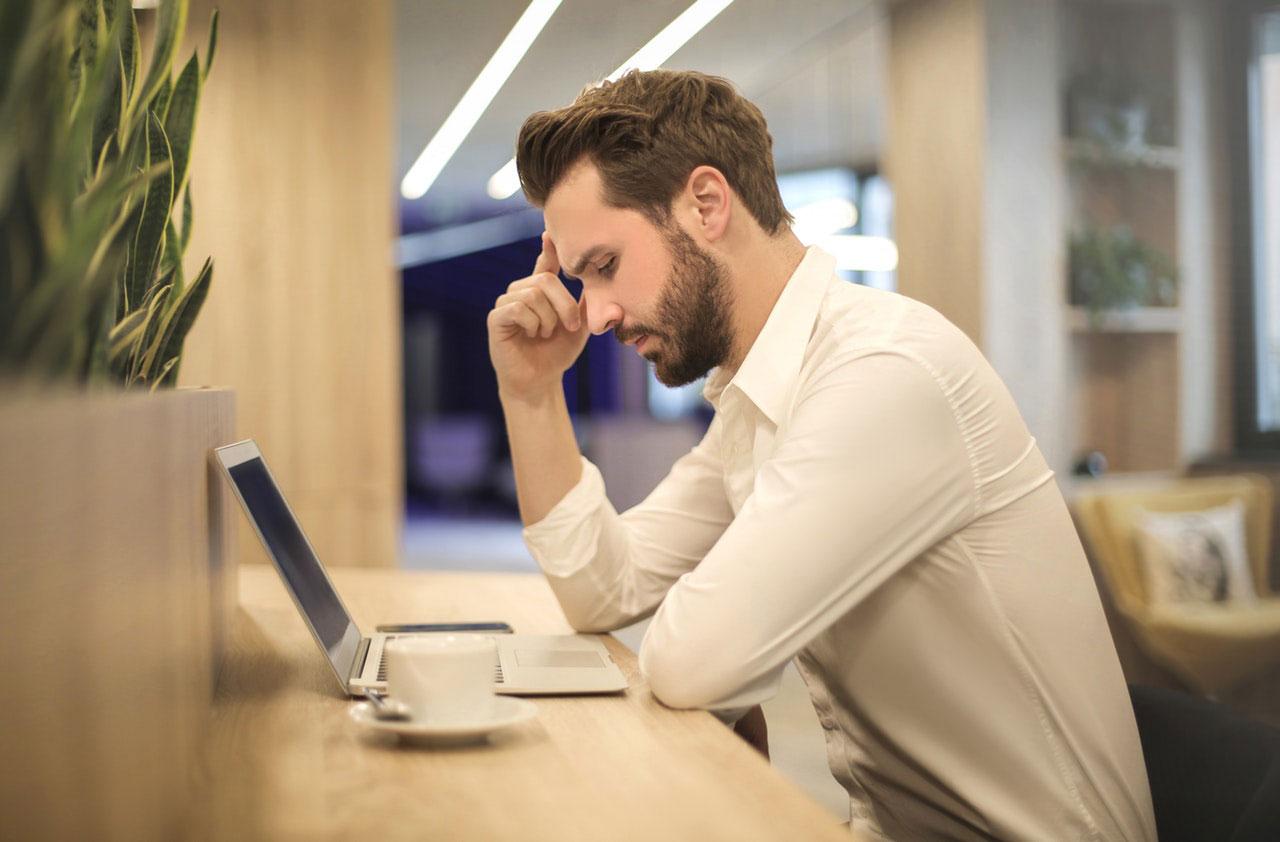 Dor de cabeça de tensão pode ser uma dor no pescoço