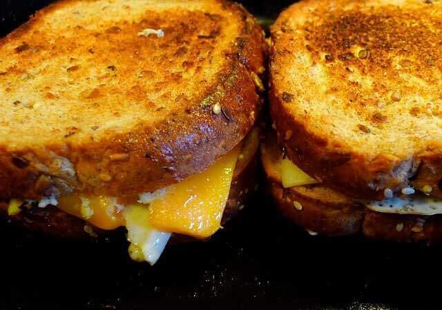 Dor de estômago depois de comer queijo quente
