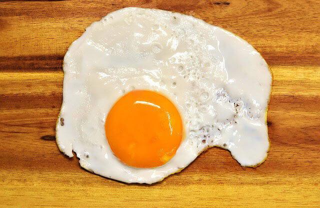 Dor estomacal depois de comer ovos: causas e como se livrar da dor?