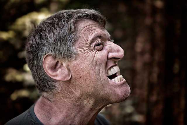 Dor facial e tensão muscular no rosto