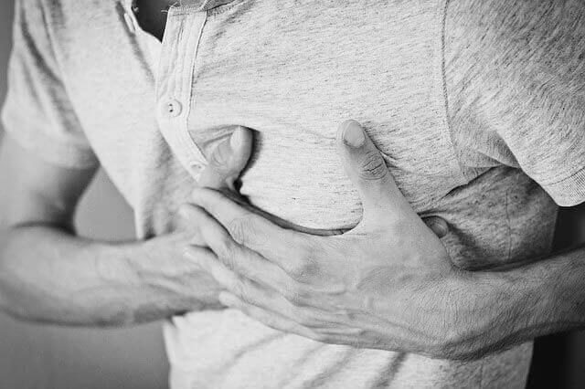 Dor no osso do lado direito do peito