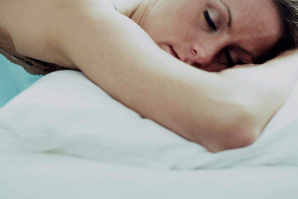 Dormir de bruços faz mal