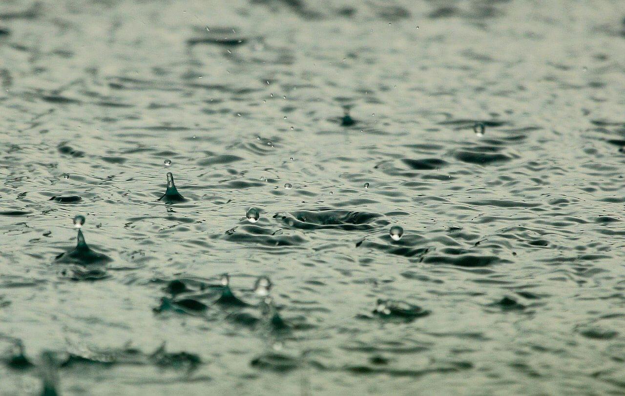 É seguro nadar enquanto chove?
