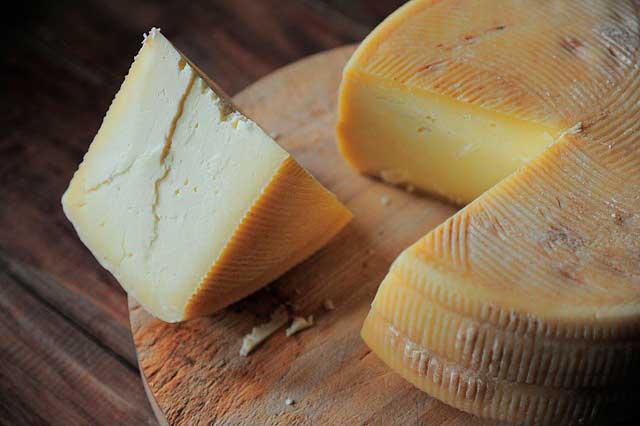 Enxaqueca depois de comer queijo