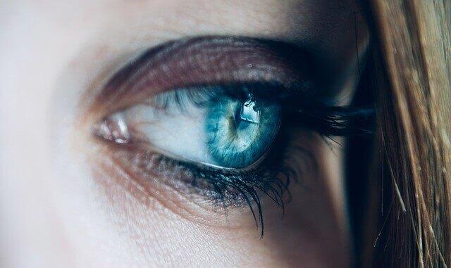 O que causa flashes de luz no canto externo do olho?