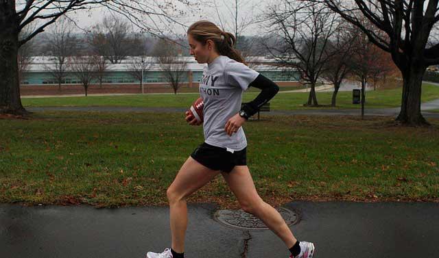 Fraqueza no quadril pode contribuir para a dor no joelho