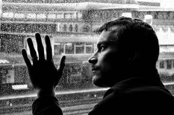 Homem em risco de depressão e suicídio: terapia não é fraqueza