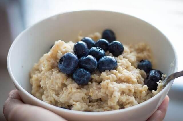 Mingau de aveia no café da manhã para perder peso