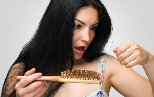 Mulheres e queda de cabelo: causas possíveis