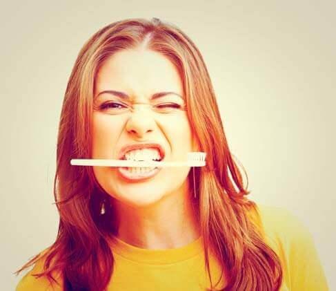 Não escovar os dentes pode causar doenças cardíacas