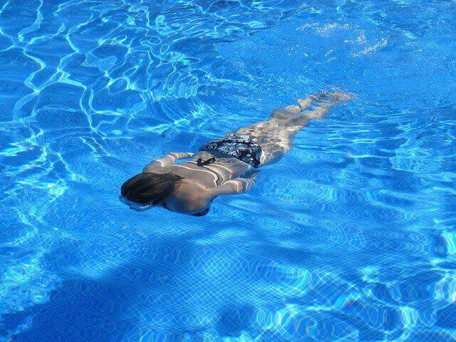 Natação para reduzir espasmos musculares nas costas