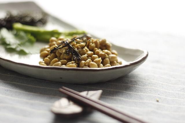 Natto é um alimento tradicional japonês feito de soja fermentada rico em Vitamina K.