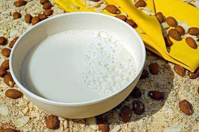 O leite acalma um estômago embrulhado (dor de estômago)