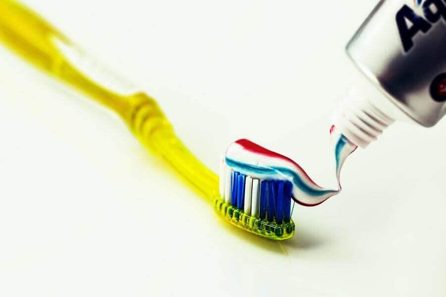 O que causa dentes amarelos?