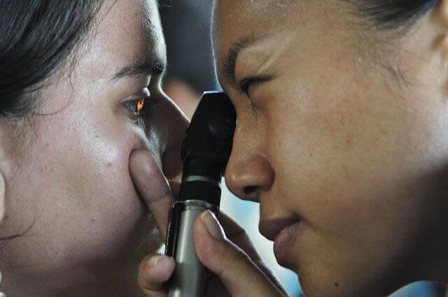 O que causa depósitos de cálcio no olho?