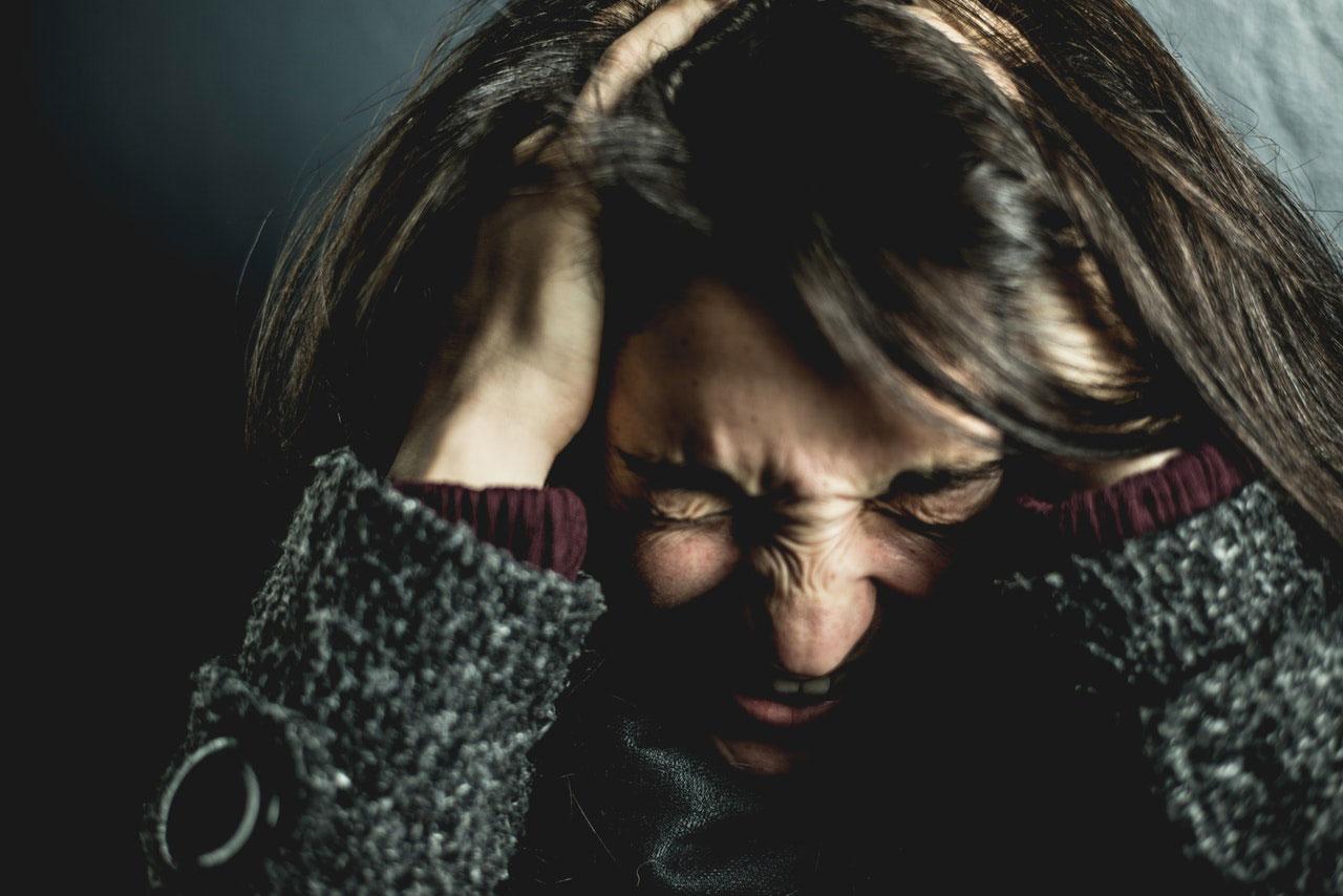 O que causa uma dor aguda no lado esquerdo da cabeça?