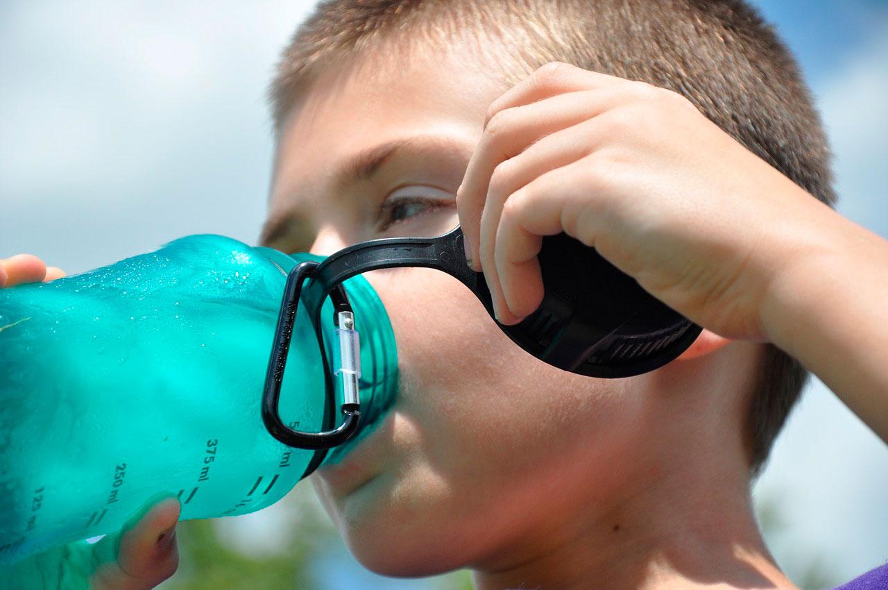 Por que beber água se você tem febre