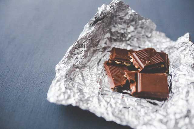 Por que o chocolate está causando feridas na minha língua?
