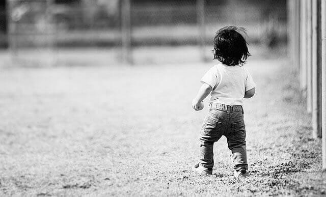 Quais são as causas da atrofia cerebral em crianças?