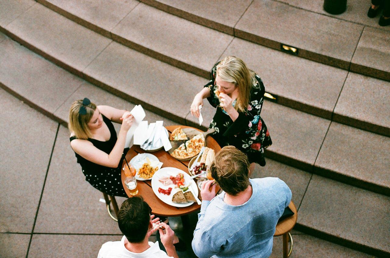 Quais são as causas da dor de estômago ao engolir comida?