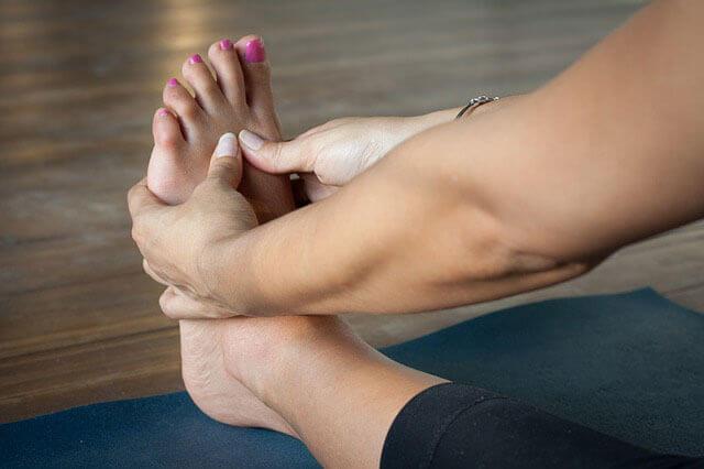 Quais são as causas de formigamento nos pés à noite?
